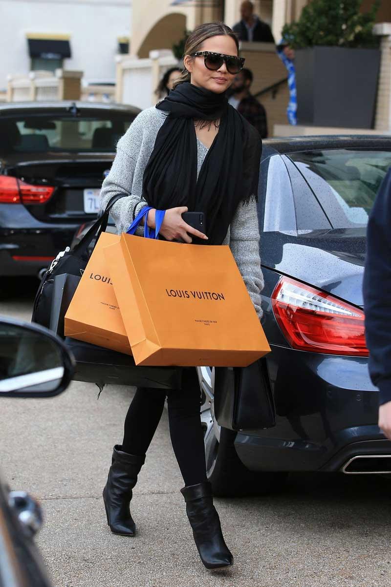 Chrissy-Teigen-Shopping